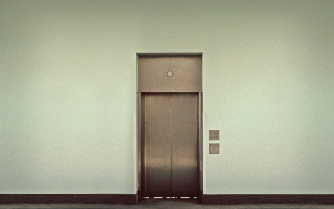 Qué hacer al quedar encerrado en un ascensor